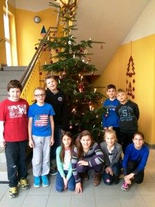 Schulkinder mit Weihnachtsbaum
